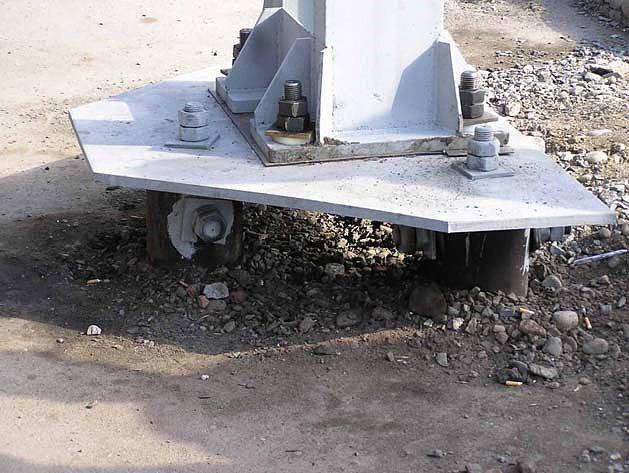 Опора контактной сети на фундаменте из трех винтовых свай