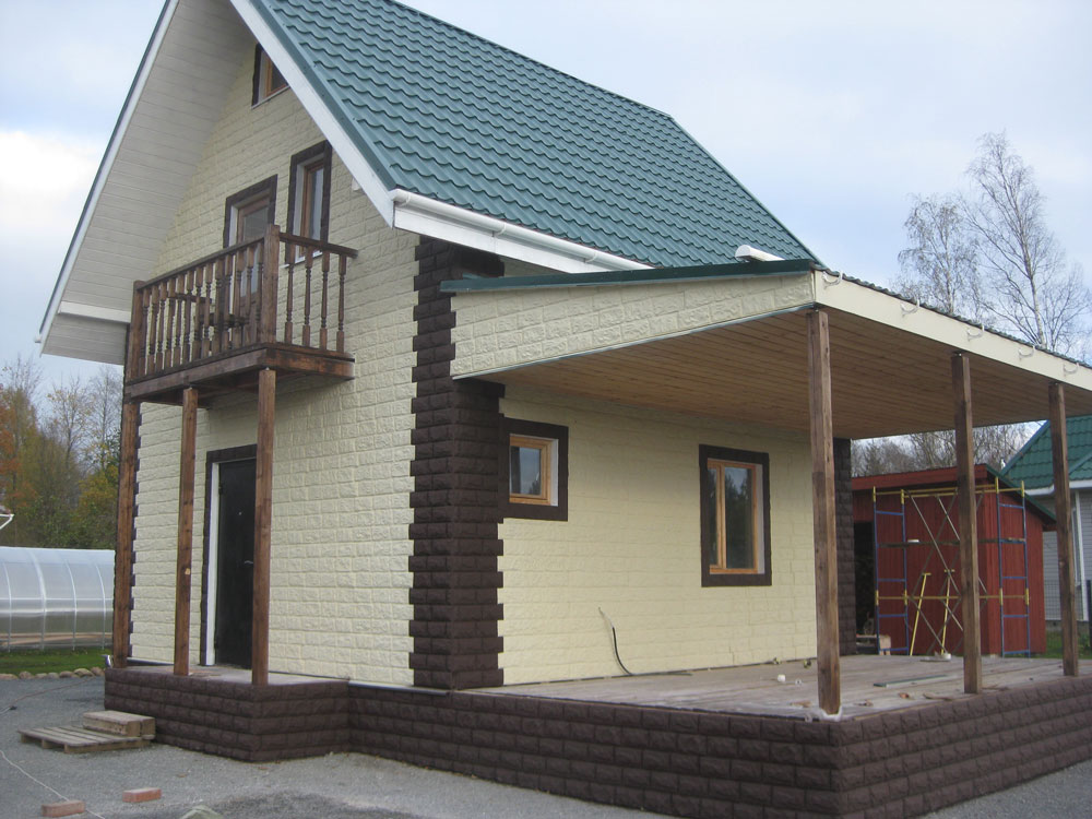 Дом зашитый фасадными легкими каменными панелями